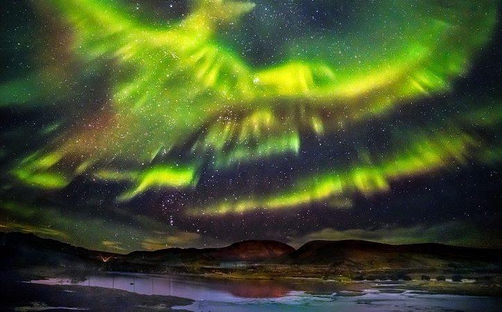 Der Fotograf nimmt 60 Sekunden lang Nordlicht in Form eines Phönix auf